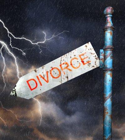 Photo pour Panneau de signalisation de grunge rouillés 3D, sur ciel d'orage dramatique, concept en divorce et relations brisées - image libre de droit