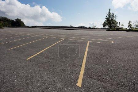 Photo pour Asphalte parking routier avec nuage bleu ciel arrière-plan - image libre de droit