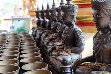 Photo pour Statue de l'ange et aumône du moine le bol mettre les pièces de monnaie par les donateurs dans le temple de Wat Suan Dok, chiang mai, Thaïlande - image libre de droit