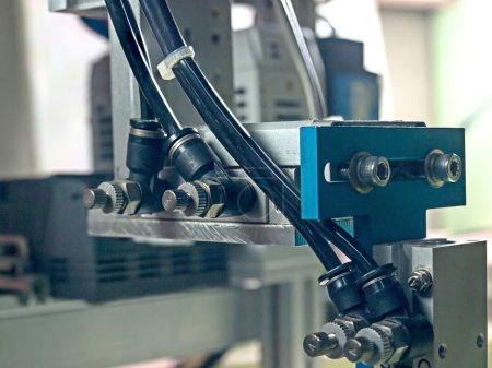 Photo pour Entrée de tube pneumatique à l'équipement de robot, entrée ont le contrôle de flux. - image libre de droit