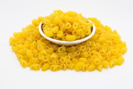 Photo pour Pâtes italiennes de Macaroni dans bol en verre sur fond blanc - image libre de droit