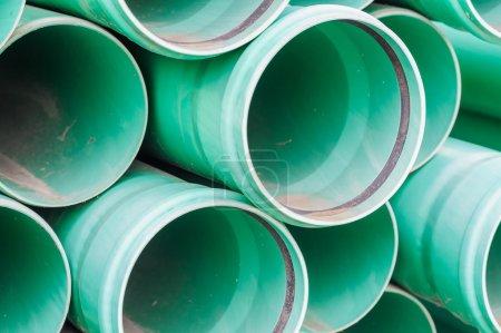 Photo pour Tuyaux en plastique vert pour les drains d'eau pour la construction - image libre de droit