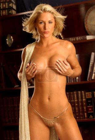 Photo pour Belle Blonde modèle professionnel en Lingerie Sexy avec fond de bibliothèque - image libre de droit