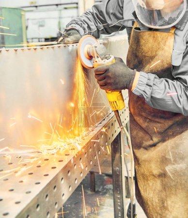 Photo pour Coupe de métal avec meuleuse d'angle. Homme soudeur coupe les métaux. Étincelles dans le travail des métaux - image libre de droit