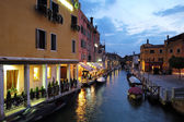 Noční pohled na benátský kanál
