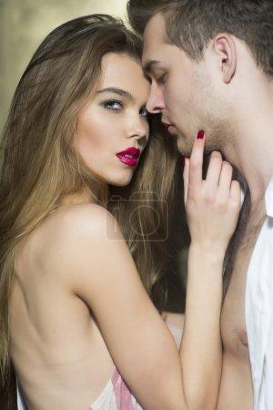 Photo pour Couple sensuel d'amoureux se démarquant à embrasser, image verticale - image libre de droit