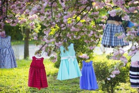 Kinderkleider am Baum