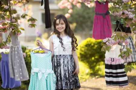 Kleines Mädchen wählt Kleider