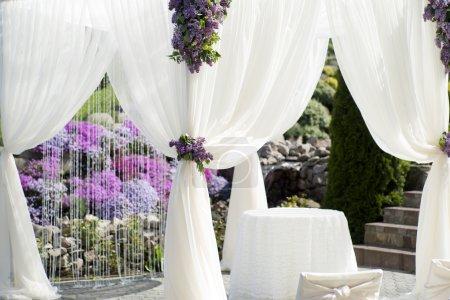 Photo pour Cérémonie de mariage festif décoration de tissu blanc léger gros plan sur fond violet violet et gtreen naturel, image horizontale - image libre de droit