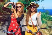 "Постер, картина, фотообои ""две девушки битник, ходьба с ретро велосипеды"""