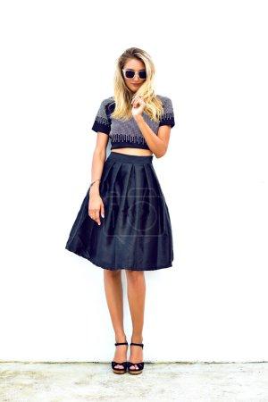 Photo pour Portrait de mode de jeune femme sexy élégante portant total look de style de rue noire et lunettes de soleil, fond blanc - image libre de droit