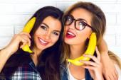 Holky s banány imitující telefon