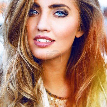 Photo pour Fermez-vous vers le haut du portrait de mode de la belle femme étonnante avec les cheveux courbés blonds d'ombre, le maquillage normal et les grands yeux bleus. Couleurs vives - image libre de droit