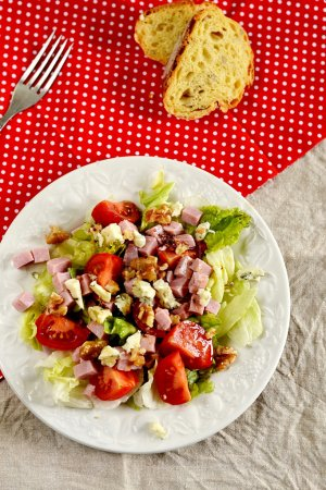Salad with blue cheese, ham, tomatoes and walnuts