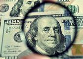 Bankovky dolaru skrze lupu (korupce, lobbingu, jsem
