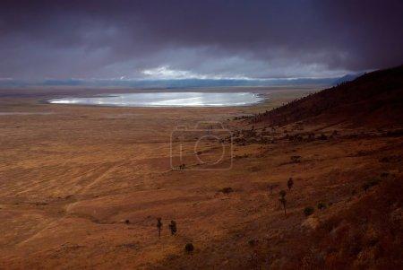 Photo pour Paysage de cratère de Ngorongoro avec le lac et les nuages - image libre de droit