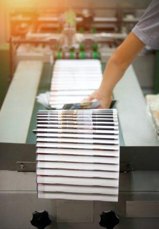Photo pour Imprimerie - ligne de finition. Finition ligne machine de presse de poteau : couper, tailler, broché. - image libre de droit