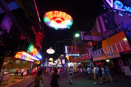 Foto de PATTAYA, THAILAND - JANUARY 1, 2006: multicolored neon signs in the heart of the Walking Street of Pattaya. The street is closed to the traffic after 6pm and stays crowded until late in the night. - Imagen libre de derechos