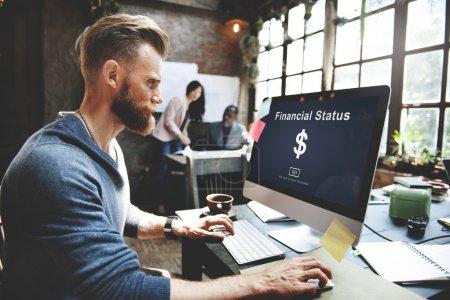 hombre y el concepto de dinero de estado financiero