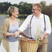 Pár žena a manžel tráví čas společně na přírodu