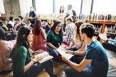 Sokszínűség diák tanul együtt könyvtár