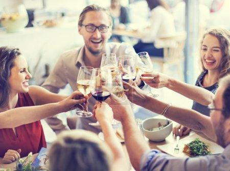 Photo pour Acclamations de gens avec des lunettes, concept célébration - image libre de droit