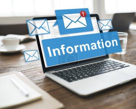 Foto de Laptop en el escritorio de oficina y la información de datos, correo electrónico, conexión, concepto en línea - Imagen libre de derechos