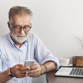 Starší muž s digitálním tabletu