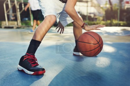 Sportsman jouant au basketball