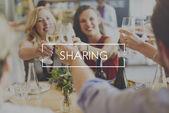 Šťastné ženy opékání s sklenky na víno