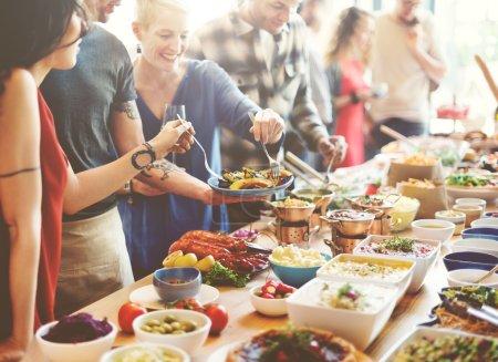 gens de diversité manger de la nourriture de réception