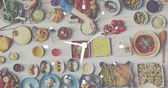 Tabulka s jídlem a hodiny