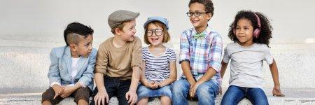 Foto de A los niños reír y divertirse. Dichoso y juventud concepto - Imagen libre de derechos
