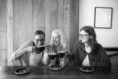 Krásné dívky pití kávy
