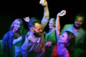 Tančí na noční party přátel