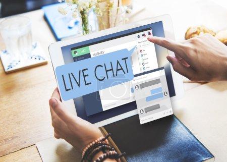 Foto de Persona en la cafetería viendo tableta digital con texto: Chat en vivo - Imagen libre de derechos