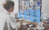 žena pracující s počítačem