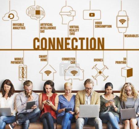 les gens s'assoient avec appareils et connexion