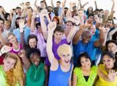 Velká skupina lidí slaví