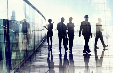 Photo pour Silhouettes of Business People in Motion floue à pied - image libre de droit