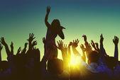 Lidé na venkovní hudební festival