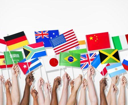 Photo pour Personnes tenant des drapeaux de leur pays. - image libre de droit