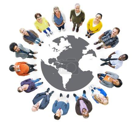 Photo pour Groupe de personnes multiethnique en levant - image libre de droit
