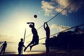 Lidé hrát plážový volejbal