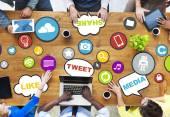 Lidé diskutovat o sociální média