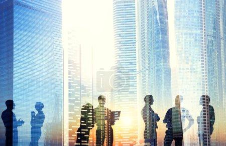 Foto de Grupo de hombres de negocios discutiendo al aire libre - Imagen libre de derechos