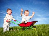 Dvojče děti spolu hráli