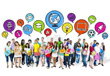 Photo pour Groupe d'élèves du secondaire qui aspirent. - image libre de droit