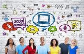 Lidé při pohledu na sociální media ikony