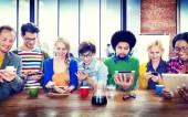 Digitális eszközökkel különböző embereket
